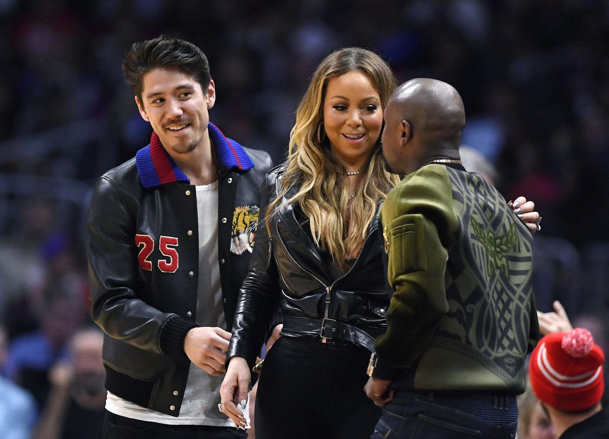Mariah Carey a jej priateľ  Bryan Tanaka (vľavo) počas zábasu NBA v Los Angeles.
