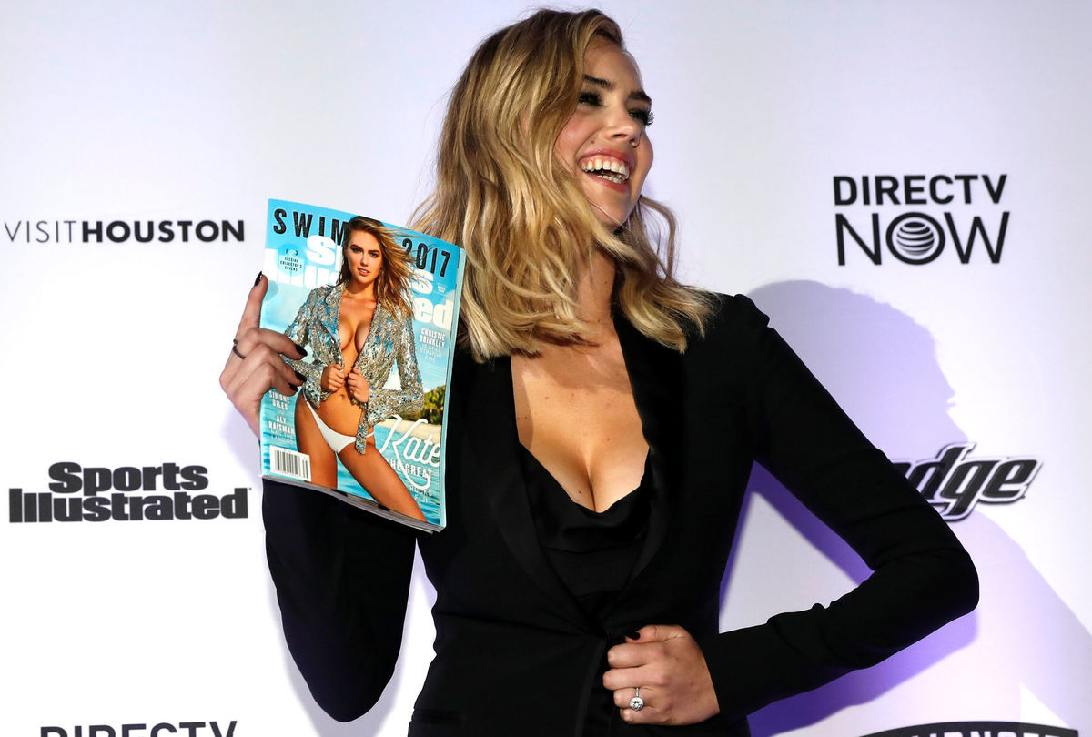 Topmodelka Kate Upton je hviezdou titulnej strany nového Sports Illustrated Swimsuit Issue 2017. Hneď na troch rozličných obálkach. Blondínka prišla na slávnostné uvedenie v kreácii Versace.