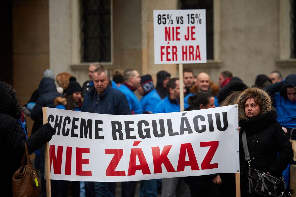 Účastníci protestu proti zákazu hazardu v Bratislave na Primaciálnom námestí počas zasadnutie Mestského zastupiteľstva.
