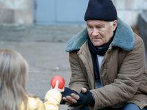 bankrot, bezdomovec, dievča, pomoc, jablko, muž, človek na ulici,