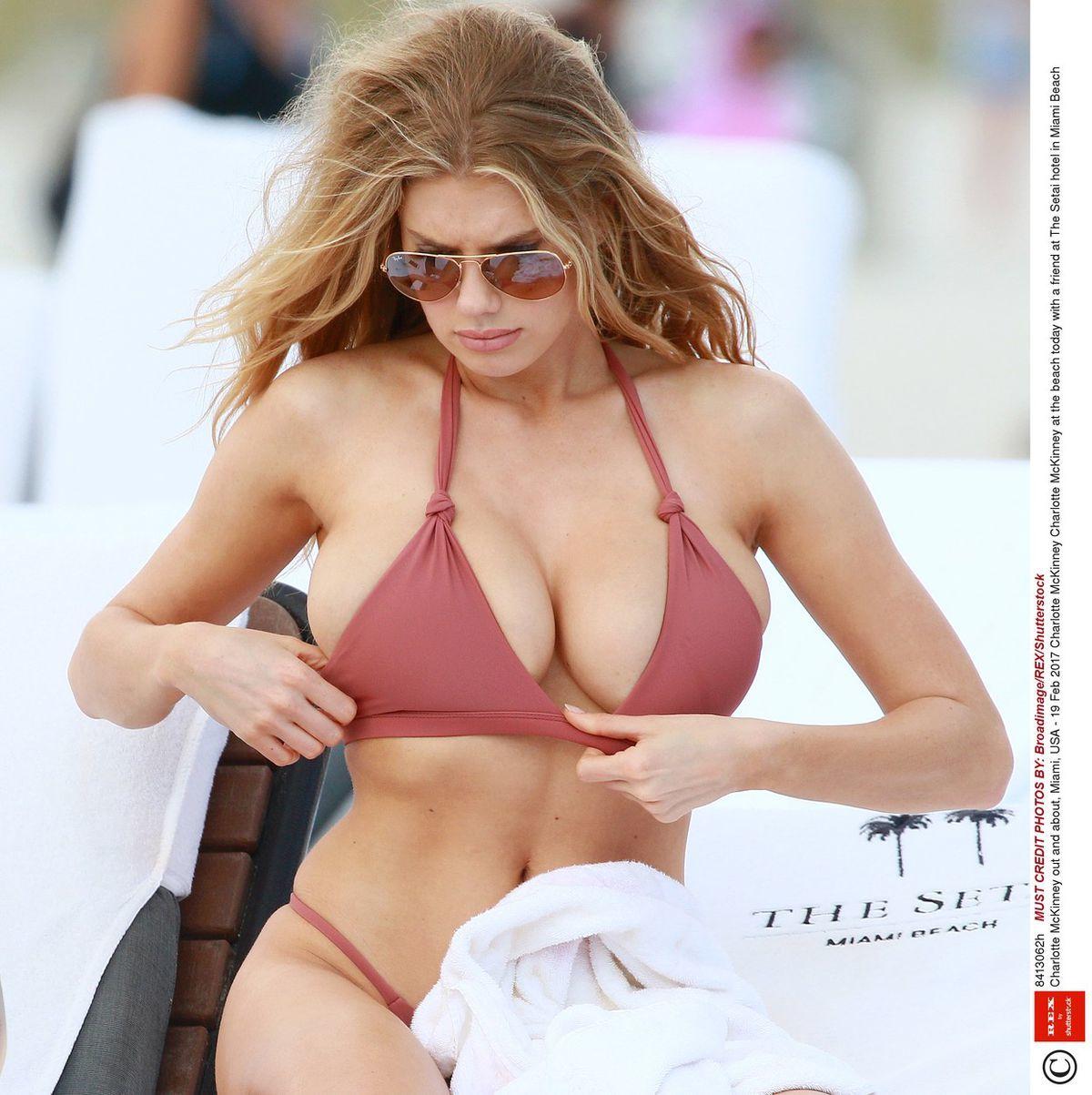 Modelka a herečka Charlotte McKinney počas víkendového oddychu v Miami.
