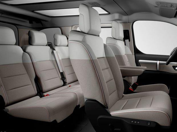 Interiér je určený siedmim cestujúcim v usporiadaní 2+2+3. Možné sú však aj iné konfigurácie.