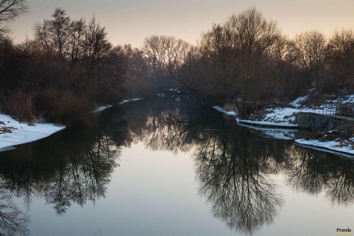 Aj za bariérami na Turci je voda pokojná, no tok sa zanáša a znečisťuje.