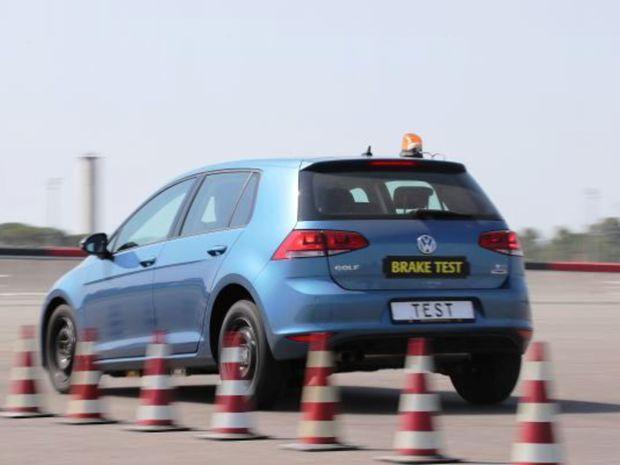Pneumatiky testoval ADAC na Volkswagene Golf.
