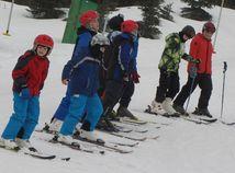 Lyžiarsky kurz, deti, svah, lyžiari