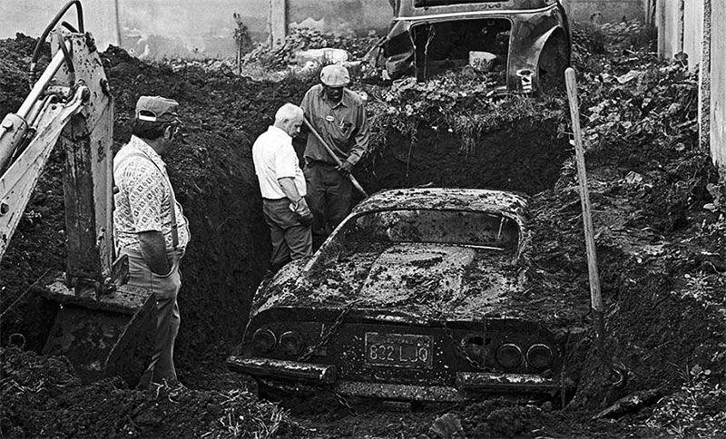 Takto našli Ferrari Dino v roku 1978. Na vykopaní musela pracovať aj technika.