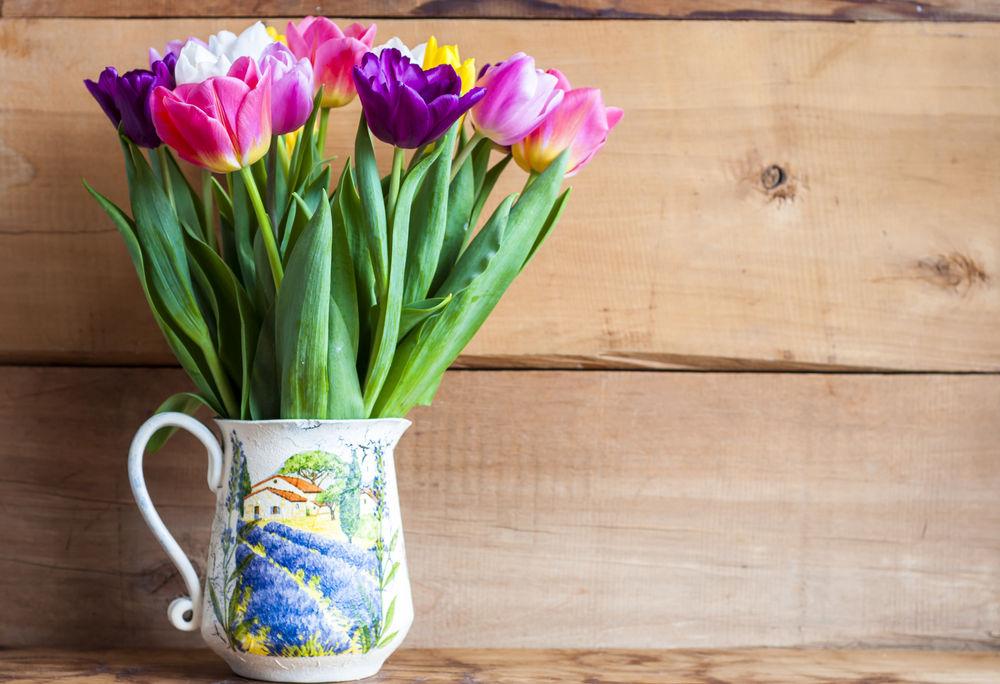 Takto vyzerá rôznofarebná krása jari! Vo vintage džbániku si nájde svoje miesto na okne aj v obývačke.