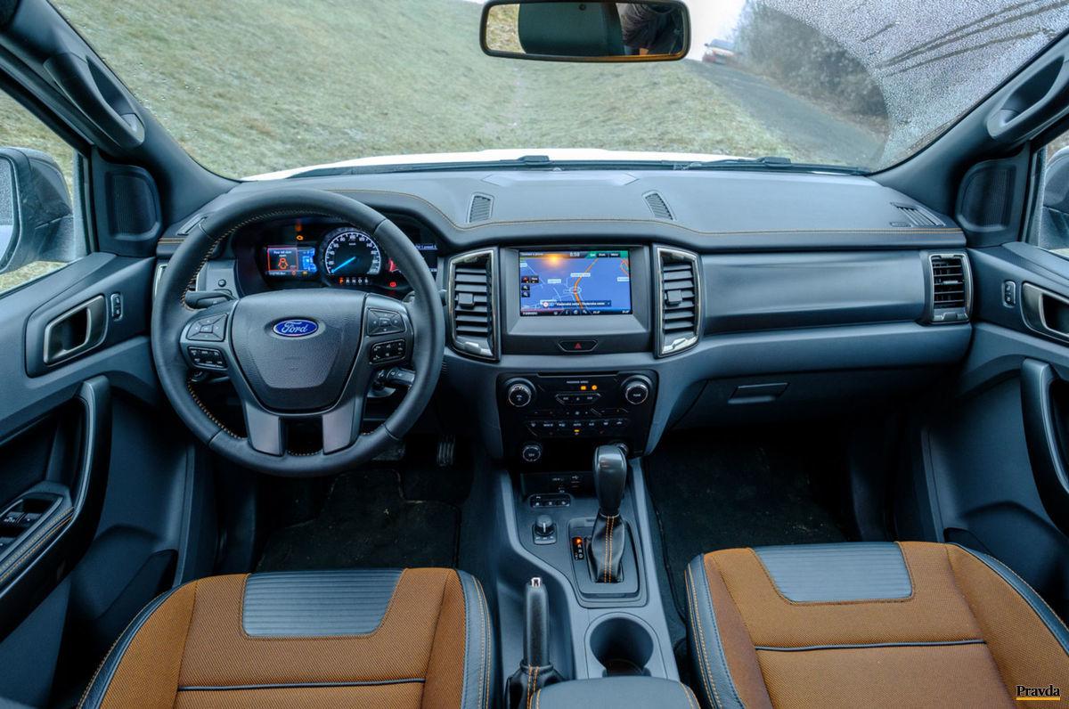 Interiér nie je sparťanský ani napriek pracovnému zameraniu auta.