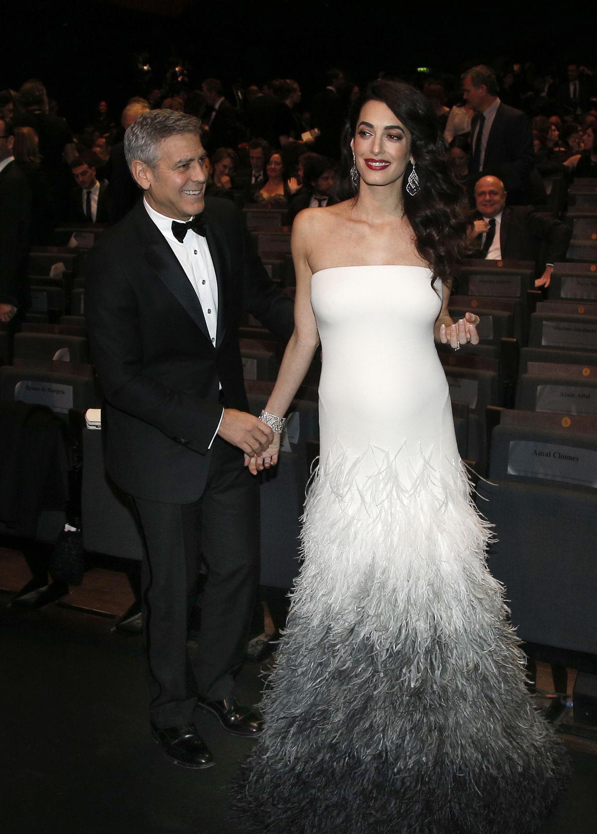 George Clooney a jeho manželka  Amal počas udeľovania cien César 2017.