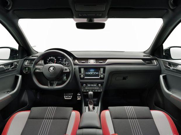 Interiér pôsobí omnoho prepracovanejšie. Nové sú prístroje, volant, prieduchy ventilácie aj infotainment s pripojením na internet.
