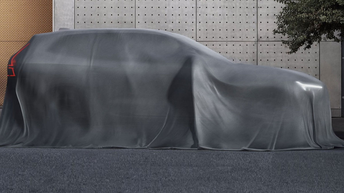 Bočný profil prezrádza inšpiráciu väčším SUV XC90. Zdieľať s ním bude aj platformu SPA.