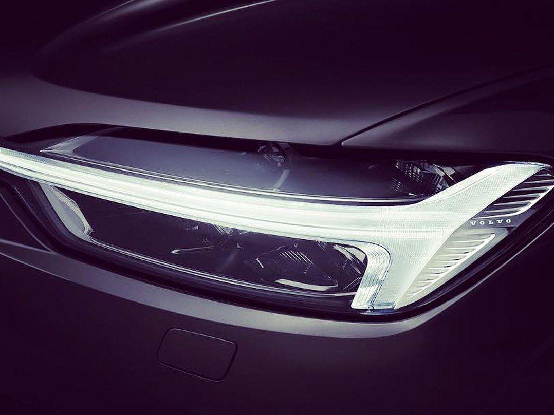 """Ani pri menšom SUV XC60 nebude chýbať typická grafika svetiel s """"Thorovým kladivom""""."""