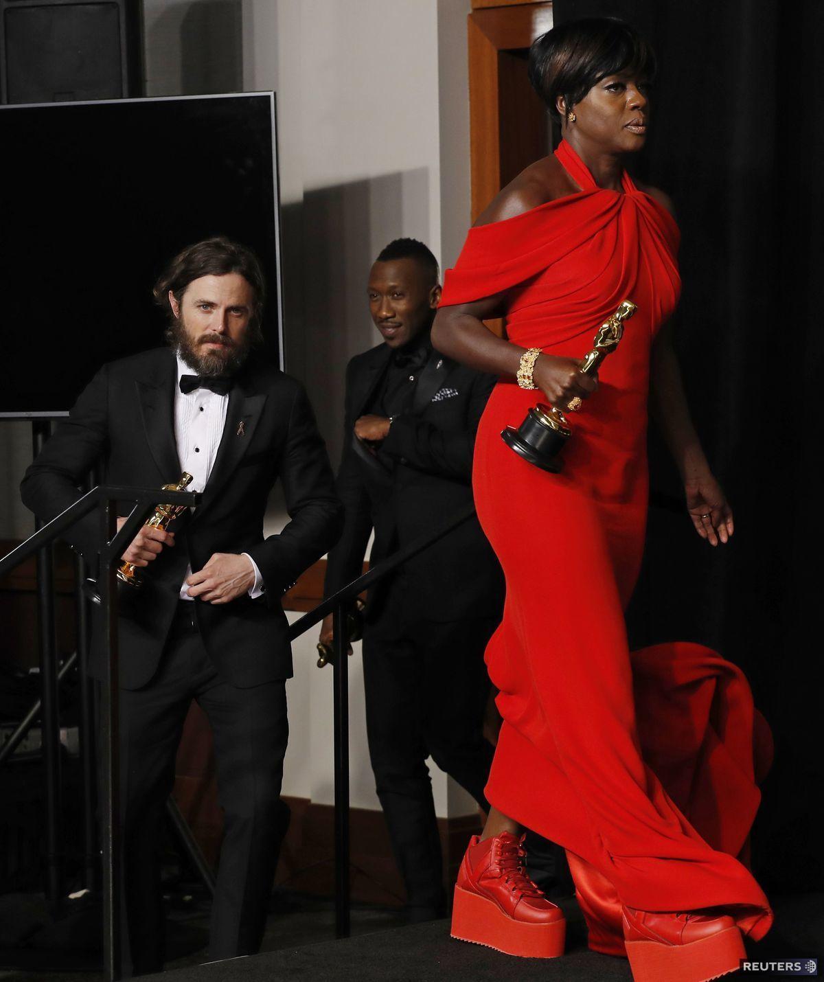 Herečka Viola Davis kráča na stretnutie s novinármi po víťazstve na 89. ročníku cien Americkej filmovej akadémie.