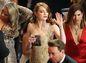 Herečka Emma Stone gestikuluje.