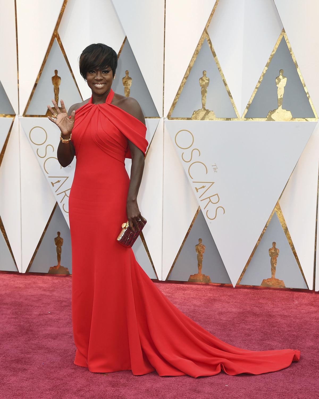 Herečka Viola Davis vyzerala očarujúco v červenom.