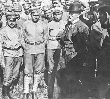 Tomáš G. Masaryk medzi vojakmi 1. československého pluku v Borbujsku po bitke pri Zborove, júl 1917.