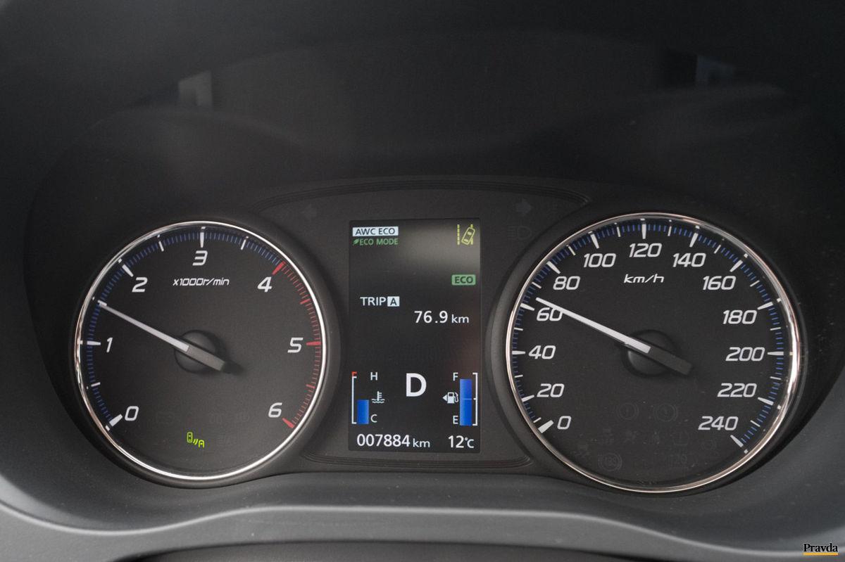 """Vodič môže pred sebou vidieť tri """"eco"""" nápisy. Jeden označuje ekologické nastavenie pohonu, druhý ekologický režim motora a tretí informuje o """"eco"""" štýle jazdy."""