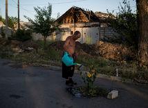Ukrajina, dedina, muž, kvetina, polievať, cesta, ruina