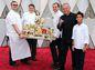 Celebritný šéfkuchár Wolfgang Puck predvádza výber zo svojich kulinárskych špecialít večera.