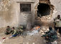Al Báb, Sýria, bojovníci, boj, vojna, dom, diera v dome, zničený dom, prestávka, oheň