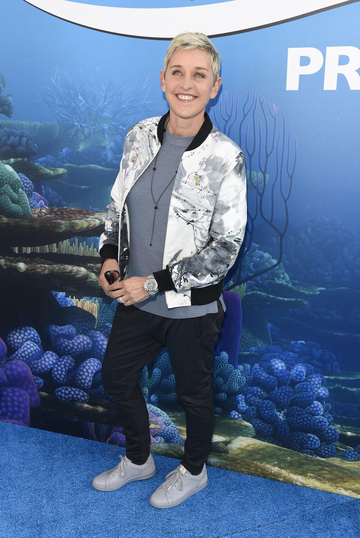 Moderátorka Ellen DeGeneres patrí k najortodoxnejším fanúšičkám tenisiek na červenom koberci. Vyplýva to, samozrejme, z jej osobného štýlu, ktorý je skôr uvoľnený a so športovými prvkami. V sukni ju nebolo vidieť asi už pekných pár desaťročí. Ak teda náhodou nešlo o nejaký kostým v jej talk-šou