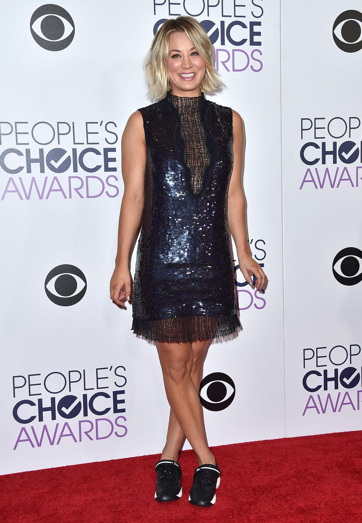 Herečka Kaley Cuoco sa v roku 2016 objavila na ceremoniál People's Choice Awards v teniskách luxusnej značky Dior. K minišatám trochu odvážna voľba, ktorá kritikov až tak nenadchla, ale hviezda si to vraj užila veľmi pohodlne.