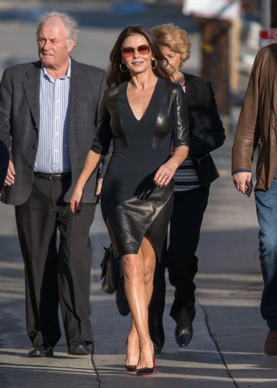 Catherine Zeta-Jones, za ňou jej otec a mama, ako idú do šou Jimmyho Kimmela.