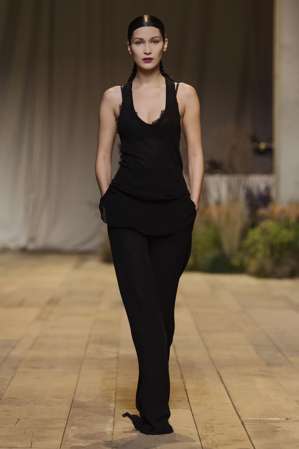 Topmodelka Bella Hadid predvádzala kolekciu H&M Studio Jar-Leto 2017.