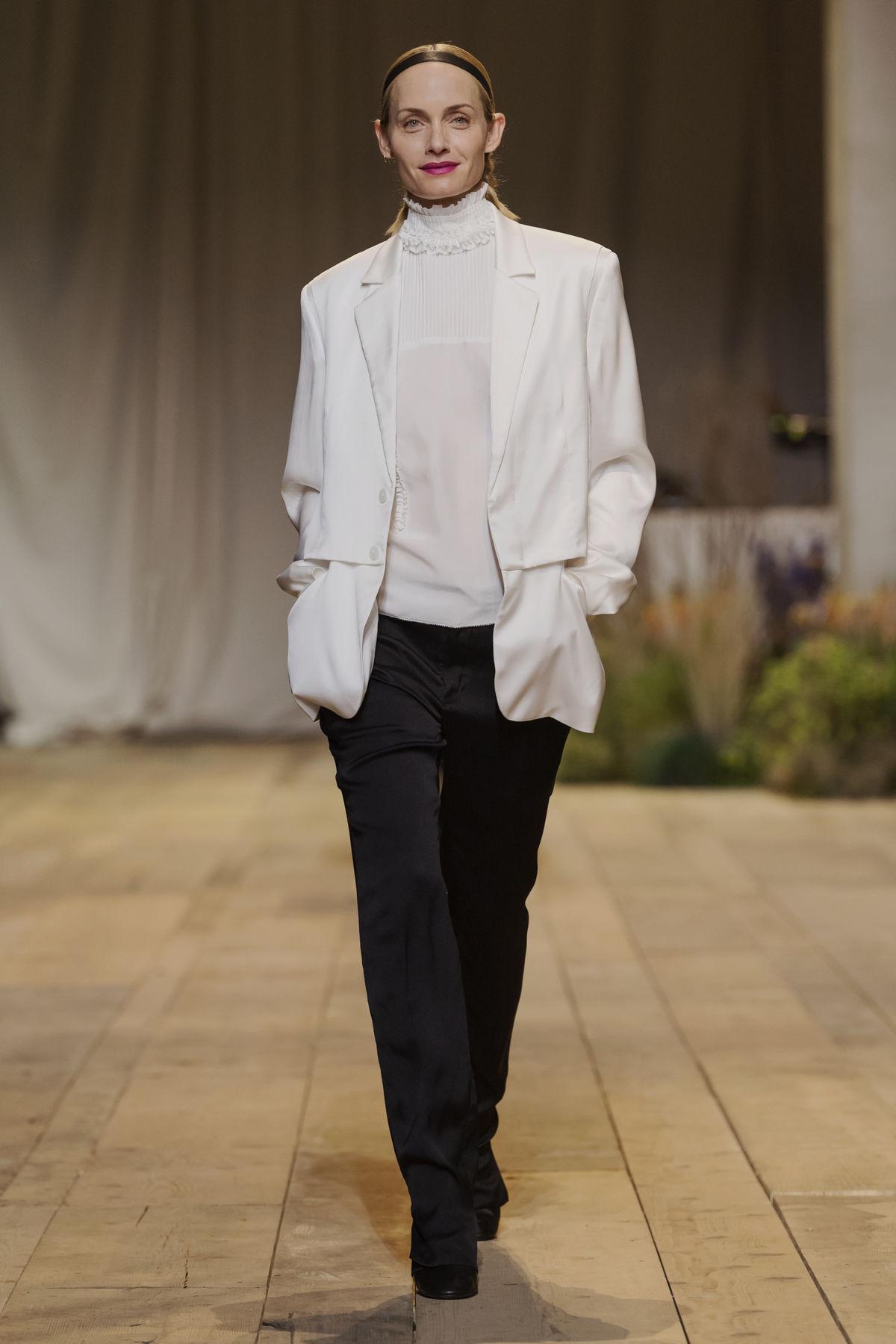 Modelka Alber Valetta  v šatách z kolekcie H&M Studio Jar-Leto 2017 v Paríži.
