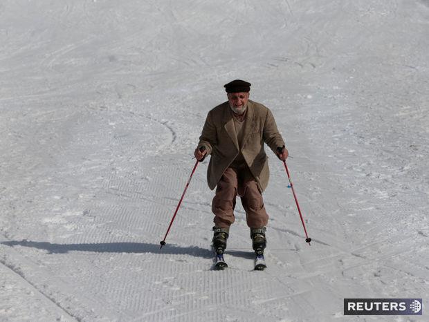 Dôchodca Akbar Ali sa po rokoch lyžuje. Už ani nedúfal, že si ešte niekedy obuje lyže.