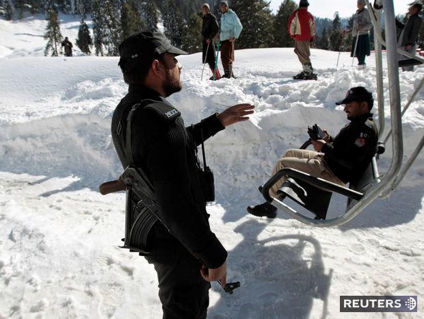 Policajné jednotky v pakistanskom lyžiarskom stredisku.