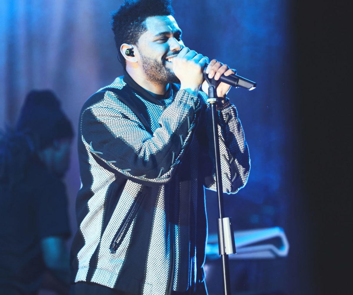 Spevák The Weeknd bol utajenou hviezdou večera a vystúpil po prehliadke.