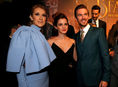 Emma Watson (v strede) a Dan Stevens pózujú so speváčkou Celine Dion