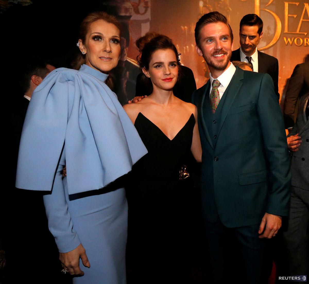 Herci Emma Watson (v strede) a Dan Stevens pózujú so speváčkou Celine Dion .