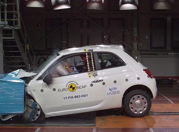 """Fiat 500 si vyslúžil nálepku """"prepadáka"""". Modernizácia, ktorou nedávno prešiel, nedokázala skryť jeho morálne zastaranú konštrukciu. Tri hviezdičky sú jednoducho hanbou."""