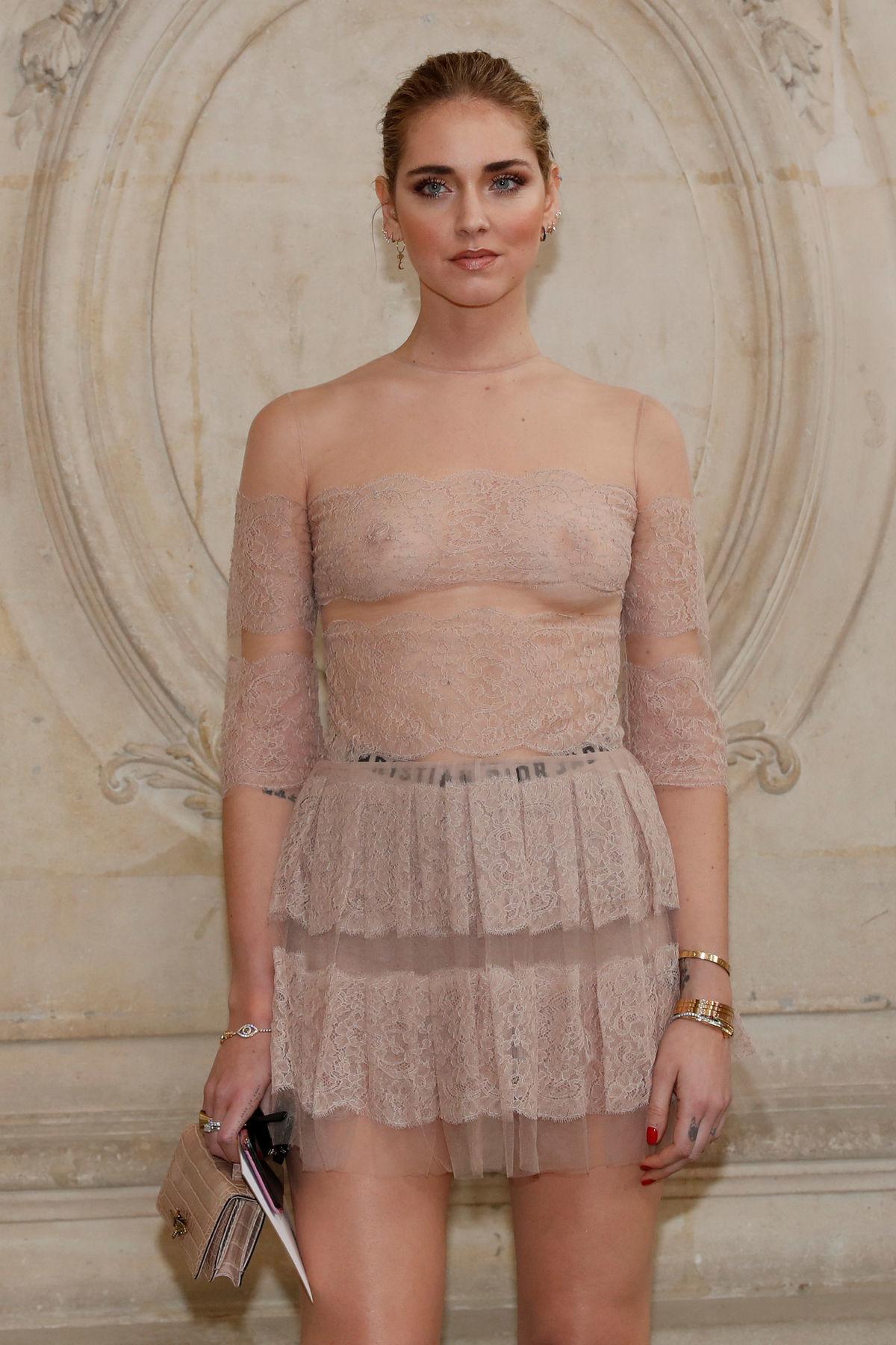Blogerka a dizajnérka Chiara Ferragni v odhaľujúcom outfite Dior.