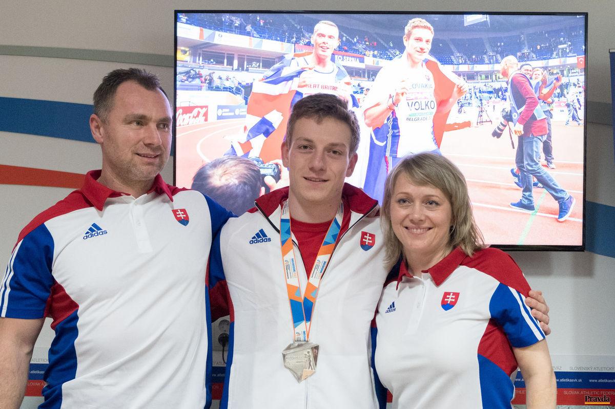 Tréneri a ich úspešný zverenec. Ján Volko s Naďou Bendovou a Róbertom Kresťankom.