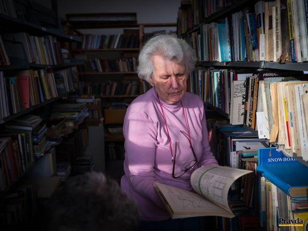 Katarína Štrbová zachraňuje knihy pred smetiskom.