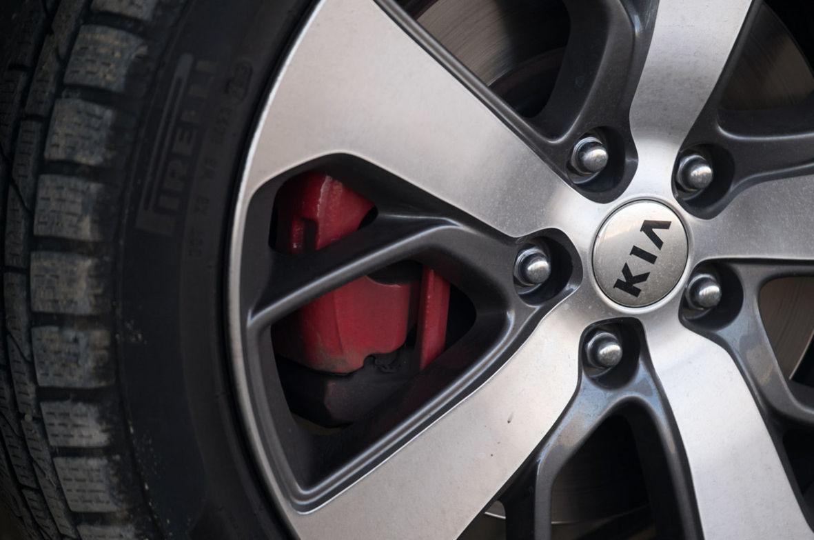 GT verzia má červené brzdové strmene.