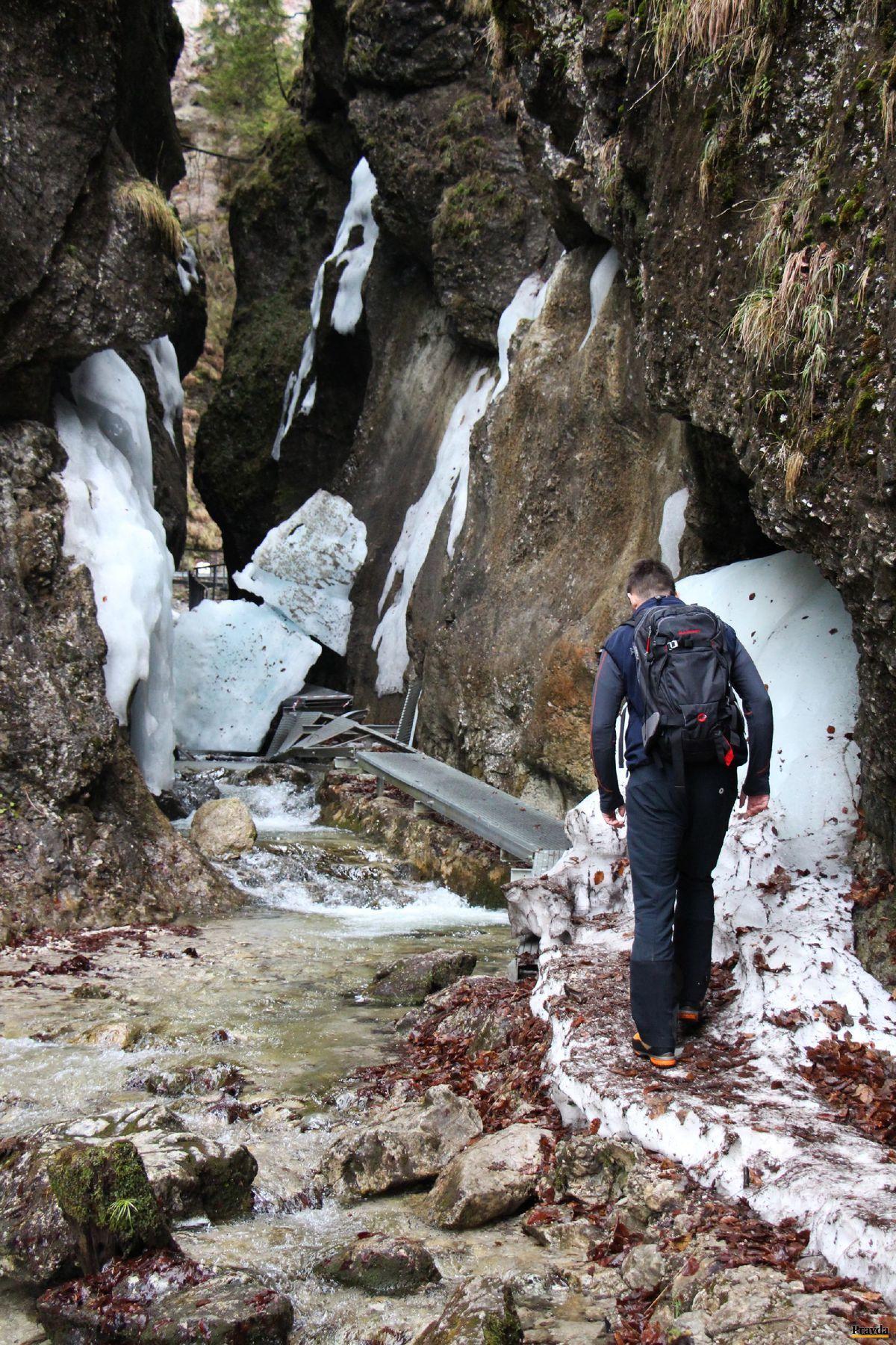 Obrovský kus ľadu prehradil cestu v Dolných dierach (na snímke Juraj Cingel z HZS Malá Fatra).