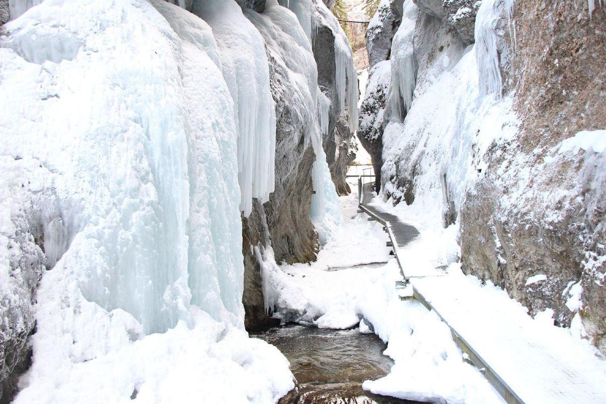 Zima v Jánošíkových dierach vďaka snehu a mrazom vytvorila ľadové kráľovstvo, túto krásu turisti mohli obdivovať vo februári.