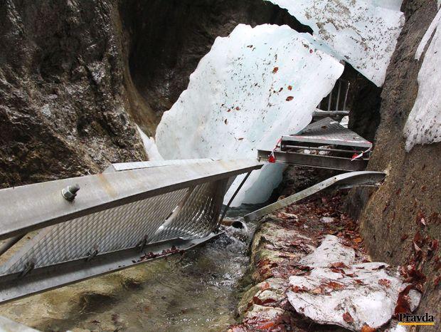 Po páde ľadopádu sú zničené lávky v Dolných dierach.
