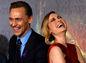 Herci Tom Hiddleston (vľavo) a Brie Larson pózujú spoločne na premiére.