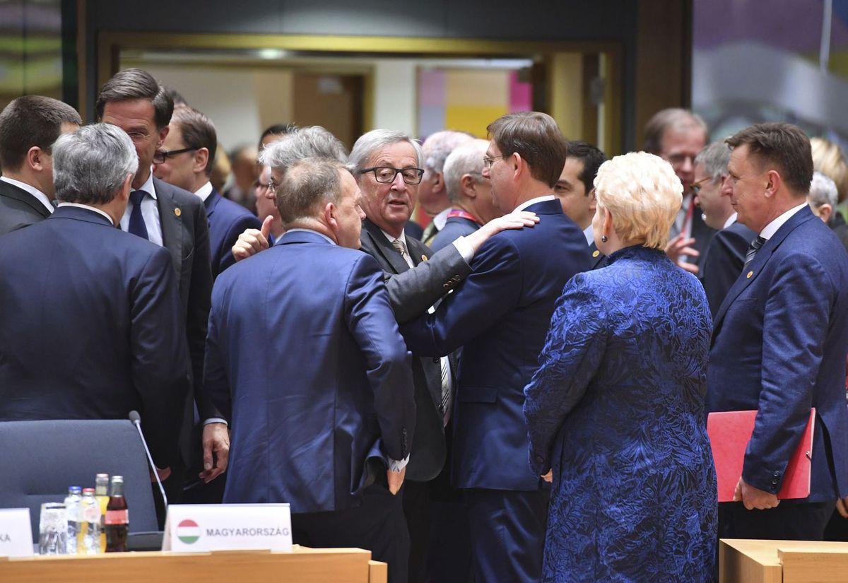 Európski politici počas piatkovej neformálnej časi dvojdňového samitu v Bruseli o budúcnosti EÚ.