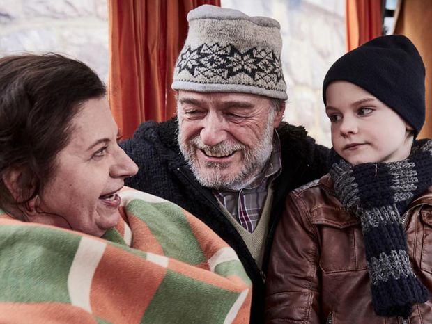 Hana (Zuzana Kronerová), Broňa (Pavel Nový) a vnuk Ivánek (Daniel Vízek) v snímke Baba z ľadu.
