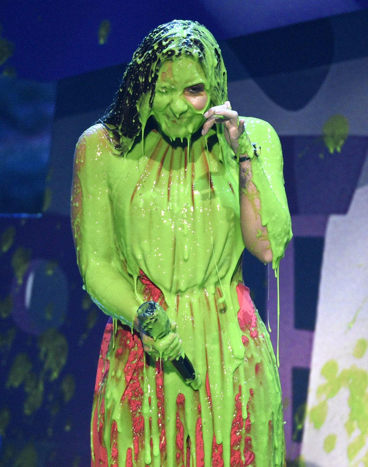 Demi Lovato skončila obalená v zelenom slize.