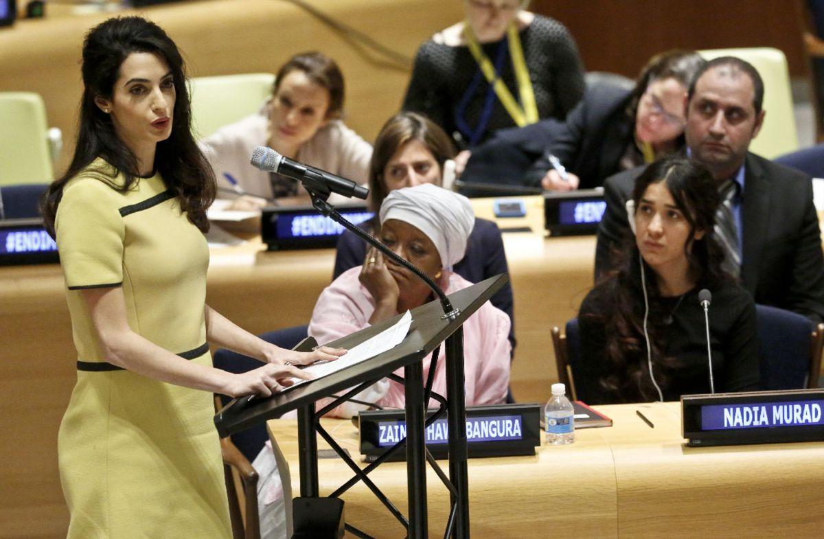 Šaty do práce -  Amal Clooney v žltých šatách značky Bottega Veneta na pôde OSN.