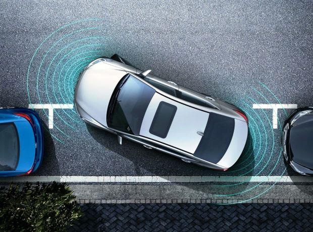 Ultrazvukové parkovacie senzory reagujú v rôznej vzdialenosti. Väčšinou platí, že menej citlivé sú tie predné ako zadné. Je to logické, dopredu vidíte lepšie ako dozadu.