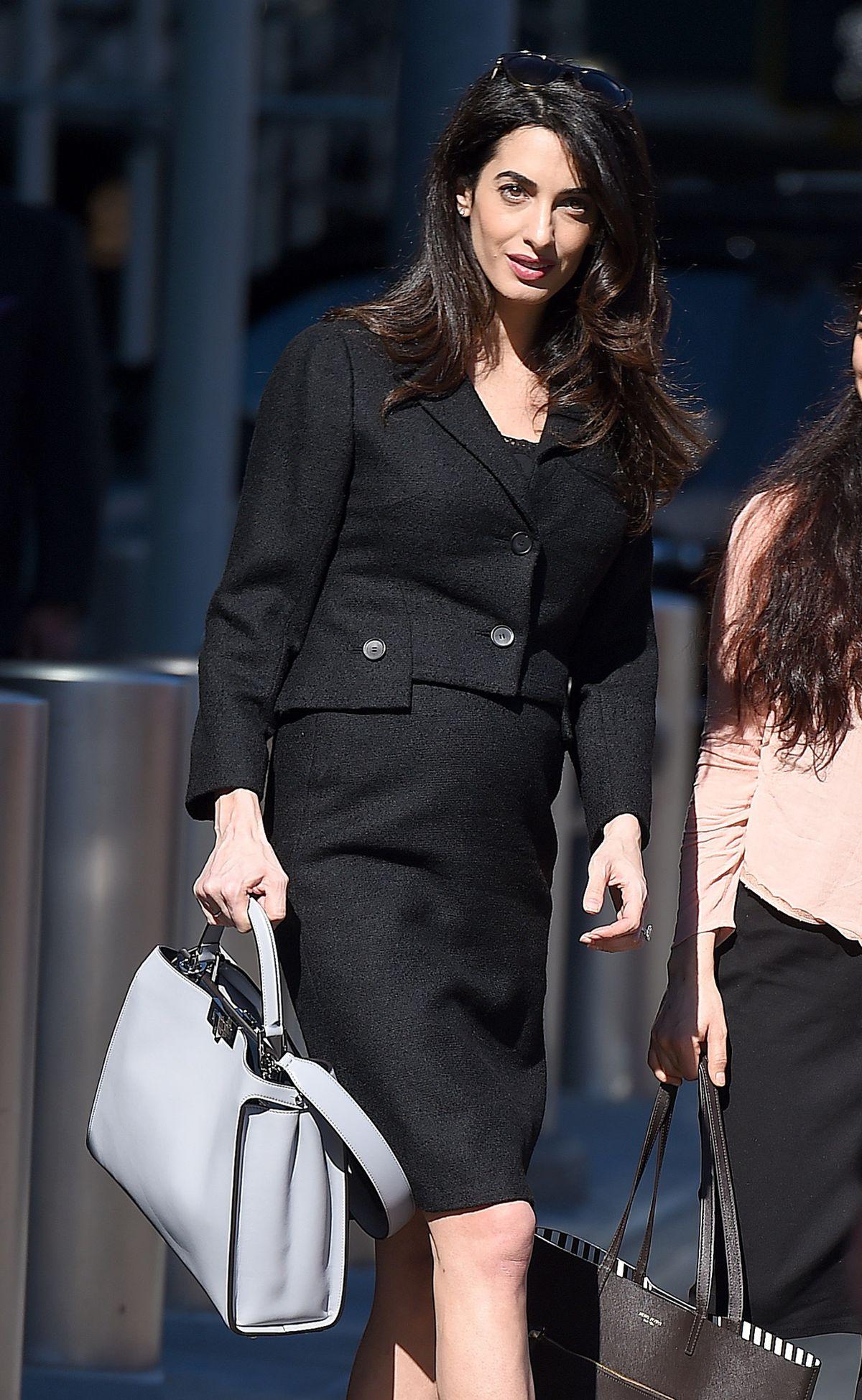 Právnička Amal Clooney na ceste do práce. S kabelkou z dielne talianskej značky Fendi.