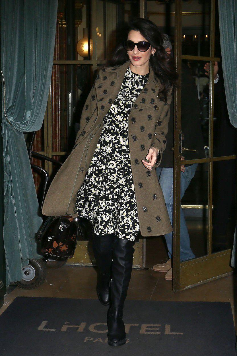 Amal Clooney počas návštevy Paríža, od hlavy po päty v značke Valentino.